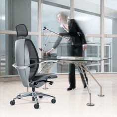 Xten Executive Office Chair, designed by Paolo Pininfarina, offers the most advanced ergonomic features thanks to the clever use of valuable materials. Used Office Chairs, Executive Office Chairs, Diy Design, World Market Dining Chairs, Brown Leather Recliner Chair, Polywood Adirondack Chairs, Chairs For Small Spaces, Ergonomic Office Chair, Wicker Chairs