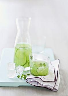 eau de concombre. Milk Shakes, Gourmet Recipes, Vegan Recipes, Vegan Food, Healthy Food, Calories In Vegetables, Cucumber Water, Body Therapy, Mineral Water