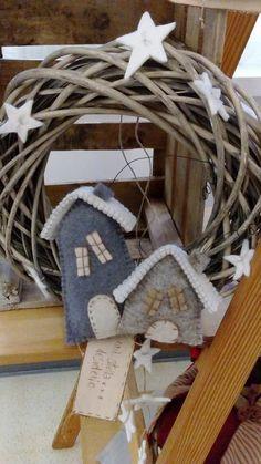 fuori porta di panno lana Christmas Advent Wreath, Christmas Stocking Pattern, Handmade Christmas Decorations, Christmas Sewing, Xmas Ornaments, Felt Christmas, Homemade Christmas, Christmas Crafts, Christmas Makes