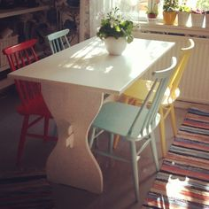 Rag rug + yellow - teal - red chairs <3. I love everything in this picture