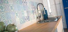 New Kitchen Tiles Splashback Bathroom Ideas Kitchen Splashback Tiles, Kitchen Soffit, Trendy Kitchen Tile, Feature Tiles, Bold Kitchen, Kitchen Design Diy, Wall Tiles, Kitchen Wall Colors, Splashback