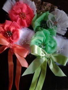 Banda elástica con flores de gasa y cristales
