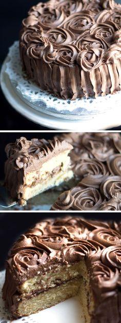 Rica torta de la vainilla con la formación de hielo Chocolate Fudge - Erren de Cocina - Usted no puede ir mal con este clásico pastel partido.  Cada bocado traerá un sabor de nostalgia.