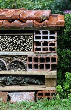 Hôtel à insectes : comment le fabriquer ? Tutoriel illustré - Promesse de Fleurs Permaculture, Jardin Decor, Insect Hotel, Diy, Outdoor Structures, Nature, Flowers, Refuge, Scouts