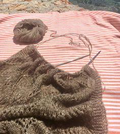 Her taler vi om det blødeste bløde og det letteste lette inden for strikkegarn og sjaler. Tibet er et spritnyt garn fra Cewec, og det består af det ultrabløde yakokse og merinould plus lidt polyamid, som giver slidstyrke og lethed. Sjalet eller tørklædet strikkes i et smukt, transparent hulmønster, som måske ser lidt indviklet ud, men som er ret logisk…