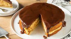 Dieser Puddingkuchen mit Schokoglasur aus Amerika (auch Boston Cream Pie genannt) ist einfach gemacht und eine echte Wucht. So geht's! Fun Desserts, Dessert Recipes, Cake Recept, Biscuits Graham, American Desserts, Baked Alaska, State Foods, Boston Cream Pie, Cream Pie Recipes
