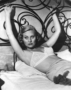 L'actrice mythique du film Le Quai des Brumes est morte à 96 ans. Old Hollywood Stars, Hollywood Glamour, Jean Renoir, Film Mythique, 60s And 70s Fashion, Gothic Fashion, Stylish Older Women, James Bond Style, Film Le