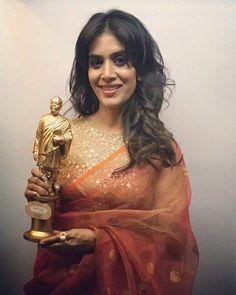 Thanks so much Dadasaheb Phalke- MSK trust  I'm privileged to be the best actress for Dr. Prakash Baba Amte! Too humbling to receive the honour on the legend's name! #dadasahebphalke #award #drprakashbabaamte by Sonali Kulkarni