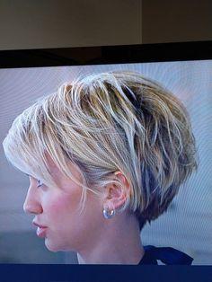 Stylish Short Hair, Short Sassy Hair, Short Hair Cuts, Short Hair Styles, Angled Bob Hairstyles, Short Hairstyles For Women, Chic Haircut, Hair Styles For Women Over 50, Mid Length Hair