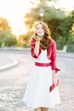 noni 2014 mimmi- knielanges hochzeitskleid mit rotem bolero (Foto: Le Hai Linh) (http://www.noni-mode.de)