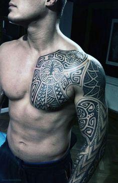męskie tatuaże na ramie i pierś