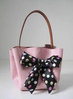 Bolso muy sencillo y rápido de hacer. Este bolso lo puedes hacer también con cualquier tejido algo duro y grueso que te guste quetengas a mano para reciclar.