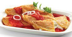 PENEQUES Ingredientes: 12 tortillas partidas a la mitad  rebanadas de queso  3 yemas 3 claras Cominos Aceite 4 jitomates, ajo y sal.  Preparación: RELLENA cada mitad de tortilla con una rebanada de queso, CERRAR como taco,  y préndela con un palillo. BATIR las claras de huevo hasta que esponjen, INCORPORAR las yemas. Moja cada taco en el huevo y fríe en aceite caliente. SERVIR bañados con salsa de jitomate. LICUAR los jitomates con ajo, sal  y los cominos. FREIR la salsa y bañar los…