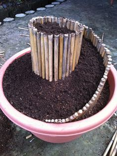 Faça um mini jardim em espiral num vaso com canas ou bambu .   via Daily Dose Farm     Depois de encher o vaso com cerca de 1/3 de terra,...