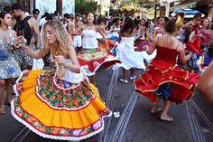 A concentração acontece às 16h30, em frente a Fundição Progresso, na rua dos Arcos.  A participação no esquenta para o carnaval é gratuita