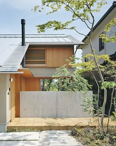 This house is simple but it uses a lot of fine lines. There is a lot of effort put into this house with the details of the wood and the roof. Garden Entrance, House Entrance, Japan Modern House, Small Japanese House, Asian House, Zen House, Asian Architecture, Concrete Houses, Exterior Cladding
