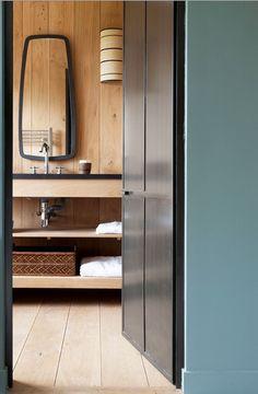 Salle de bain sobre tout en bois - élégance des lignes noires du miroir et du plan vasque #wood #bathroom #elegant