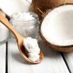 Die meisten Menschen denken bei der Kokosnuss entweder an Kekse aus der Kita oder Cocktails mit Batida. Viele wissen immerhin noch, dass man mit Kokosnussöl schmackhaft und gesund kochen und braten kann. Die wenigsten jedoch kennen die heilende Wirkung von Kokosnussöl. Das Fett der Kokospalme könnte zur Waffe gegen Karies werden: Forscher haben nach eigenen