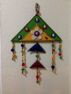 visual result of a semantic amulet - DIY Blumen Bead Crafts, Fun Crafts, Diy And Crafts, Beaded Ornaments, Felt Ornaments, Kids Art Class, Art For Kids, Triangle Art, Felt Garland