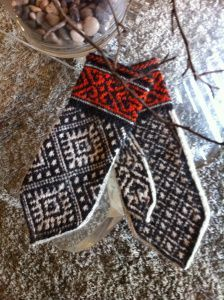 Ruba'iyat Mittens /nice with the red cuff. Follow link for free pattern
