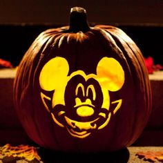 The Disney pumpkin carving templates are printable and make it easy to carve Minnie Mouse, Vampire Mickey, Donald Duck, Sully, Phineas Disney Halloween, Fete Halloween, Scary Halloween, Halloween Pumpkins, Halloween Ideas, Happy Halloween, Halloween Decorations, Halloween Halloween, Halloween Costumes