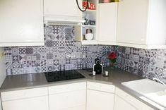 Smart Tiles : Ça Vaut le Coup ? Notre Avis & Test de la Crédence Adhésive Smart Tiles, Credence Adhesive, Creation Deco, Diy Décoration, Home Staging, Tile Floor, Kitchen Cabinets, Interior Design, Home Decor