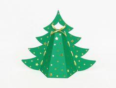 Eine süße Verpackung für kleine Weihnachtsgeschenke – schnell gemacht und hübsch anzusehen. Das Tannenbäumchen ist einfach zu basteln und auch für Anfänger geeignet. https://www.crazypatterns.net/de/items/19721/weihnachtliche-geschenkverpackung-bastelanleitung-mit-vorlag