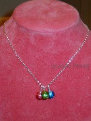 Glittery Ornament Necklace - such a dainty tasteful Christmas necklace! #glitter #crafts #jewelry