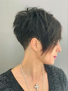 If you like short hair, please try pixie haircuts., we hope the 30 newest pixie haircuts ideas will give you a fresh perspective and make your hairstyle look stylish. The New Pixie Haircut Ideas Make You Fashion style In Fall ; Oval Face Short Hair, Funky Short Hair, Asymmetrical Hair Short, Short Pixie Haircuts, Pixie Hairstyles, Short Hairstyles For Women, Short Pixie Bob, Pixie Haircut Styles, School Hairstyles