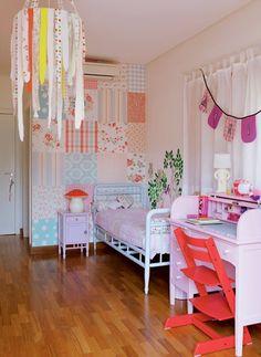 Desenhos, enfeites e estampas contam a história de Maria, dona deste quarto de 20 m². A decoração colorida é feita das melhores recordações de seus seis anos de vida
