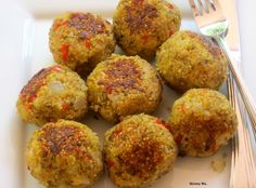 These Quinoa (Meatless) Meatball are AMAZING! Whether you're vegetarian or not, the flavors (and health benefits) are fabulous! Only 73 calories per ball. #cleaneating #skinnyms #sides