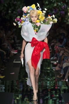 Fashion Week Milan Spring/Summer 2018 look 52 from the Moschino collection womenswear Weird Fashion, Look Fashion, Fashion Art, Editorial Fashion, Fashion Show, Fashion Design, Moschino, Floral Fashion, Fashion Dresses