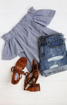 Off the shoulder tops are perfect for cute outfits for class for school!