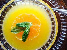 Pelte kısa sürede yapabileceğiniz çok kolay, hafif ve lezzetli bir tatlıdır. Kış günlerinde özellikle ihtiyaç duyulan C vitamini içerdiği için sağlıklıdır. Üstelik her evde kolayca bulunan malzemelerle yapılıyor.
