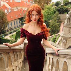 schöne Frau in rotem Abendkleid, rote Haare, roter Lippenstift, helle Haut, blaue Augen