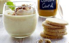 Panna cotta met lemon curd - Libelle Lekker Köstliche Desserts, Delicious Desserts, Dessert Recipes, Yummy Food, Lemon Curd Dessert, Dessert Blog, Happy Foods, Panna Cotta, Tasty