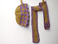 cappello e sciarpa lilla beige da donna o ragazza uncinetto. €25,00, via Etsy.