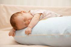 When can a baby sleep with a pillow? Baby Pillows, Baby Hacks, Baby Tips, Newborn Photos, Baby Sleep, Bassinet, Children, Kids, Bean Bag Chair