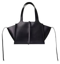 Le sac Tri-Fold de Céline est sur notre with-liste du moment. www.leasyluxe.com #céline #itbag #leasyluxe