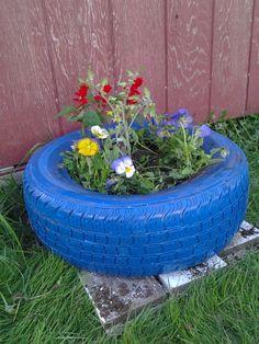 gartendeko selber machen blauer autoreifen blumen einpflanzen
