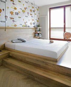 Sypialnia dla dorosłych z tapetą w balony