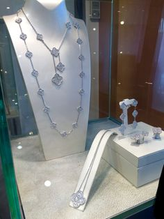 Van Cleef & Arpels - Alhambra collection Love the shorter necklace combined with the longer one to make a layered look.