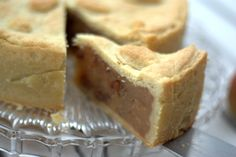 Wer mag Kuchen? Und wer liebt Apfelstrudel? Dann werdet ihr diesen Kuchen vergöttern! Mit einem kleinen Trick kann man ganz viel fruchtige Füllung in ganz wenig buttrig-zarten Teig packen. Mmmmmhhhh. #apfelstrudel #apfelglück
