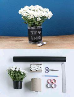 Separe aí: uma lata de leite vazia / vinil adesivo preto fosco (papel contato) / fita adesiva colorida ou estampada / giz para quadro-negro / tesoura / régua (ou fita métrica) / lápis / flores. Transforme a latinha que iria para o lixo em abrigo para suas florzinhas.