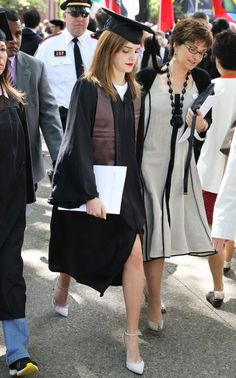 Emma Watson graduation look -- note the straps on the heel and the bright red lipstick! Graduation Outfits For Women, Graduation Attire, Graduation Look, Graduation Dress College, Short Graduation Dresses, Graduation Pictures, College Outfits, Graduation Hairstyles With Cap, University Graduation Dresses