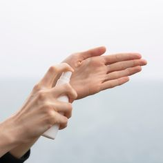 Corona hin oder her – schon vorbei oder doch noch mitten drin? Auch ohne Pandemie sollte das regelmäßige Reinigen der Hände mit Wasser und Seife bzw. das Desinfizieren mit den geeigneten Mitteln zu einem klaren Muss in unserem Alltag werden. Schließlich befinden sich die meisten Bakterien auf unseren Händen. Martina hat das NeQi Hand Cleansing Gel mit Aloe Vera getestet … den Beitrag findest du auf Bloghouse.io.  #hände #waschen #desinfektion #health #care #blog #bloghouseio Applied Psychology, Psychology Research, Health Psychology, Alicante, Aloe Vera, Importance Of Respect, Protective Behaviours, Dr We, Blood Donation