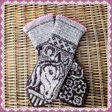 Ravelry: Irma horse mittens pattern by JennyPenny Knitted Mittens Pattern, Knit Mittens, Knitted Gloves, Knitting Socks, Hand Knitting, Knitting Charts, Knitting Patterns, Fair Isle Knitting, Horse Pattern