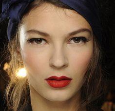 L'anti-rétro chez Alexis Mabille http://www.vogue.fr/beaute/en-coulisses/diaporama/la-fashion-week-de-paris-cote-make-up-1/15541/image/867621#!l-anti-retro-chez-alexis-mabille