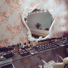 New makeup organization vanity vintage beauty room 60 ideas Estudio Makeup, Vanity Makeup Rooms, Vanity Organization, Makeup Storage, Glam Room, Makeup Studio, Beauty Room, New Room, Vintage Beauty