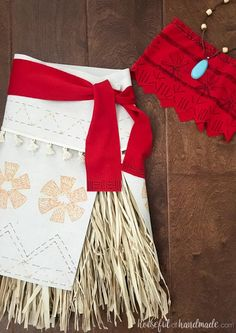 Create the perfect princess Halloween costume with this easy DIY Moana costume. This easy to make Halloween costume is perfect for your island princess. Meme Costume, Funny Kid Costumes, Easy Diy Costumes, Homemade Costumes, Disney Costumes, Teen Costumes, Couple Costumes, Pirate Costumes, Group Costumes